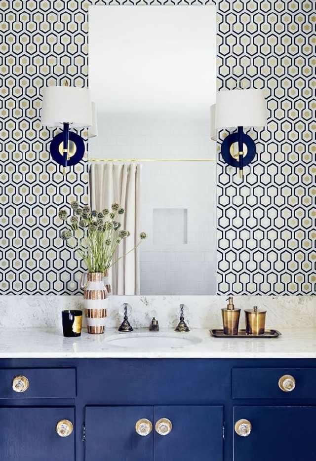Освещение классического интерьера ванной комнаты, отличается обязательным присутствием в нем настенных светильников (бра)