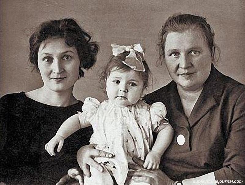 Жанна Агузарова с мамой Людмилой Савченко и бабушкой Олимпиадой Петровной, 1960-е семья, слушают, фото