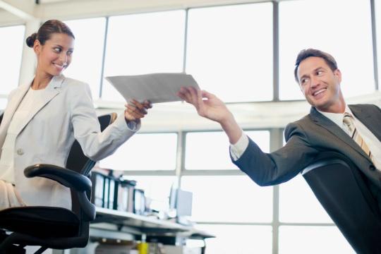 Флирт на работе: плюсы, минусы, недостатки, преимущества. С начальником или с женатым. Границы поведения на работе.