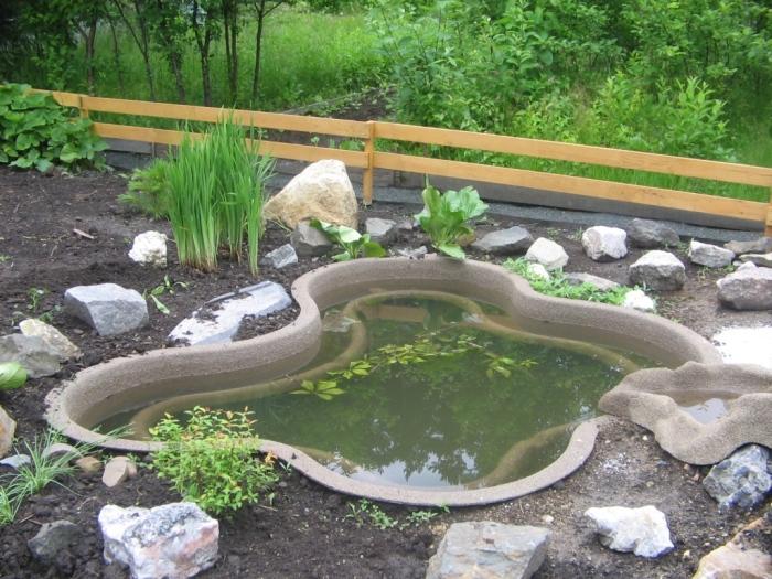 Небольшой искусственный водоем, который трудно с первого взгляда отличить от настоящего пруда.