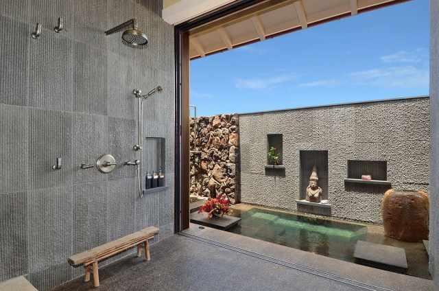 Эффектный дизайн душевой комнаты с отдельной зоной отдыха