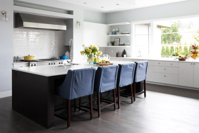 white-kitchen-island-and-chairs