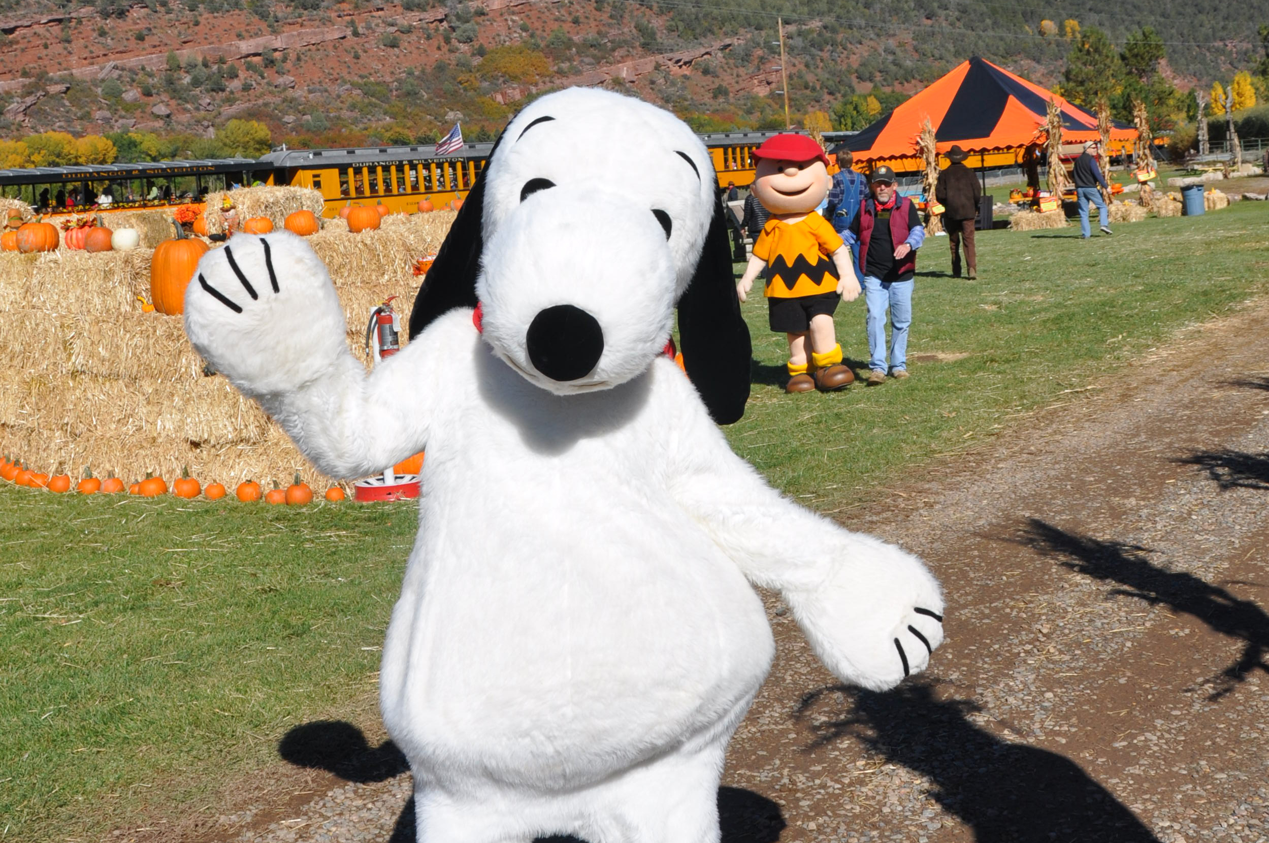 Snoopy Waving