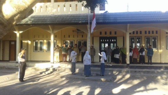 Kapolsek Sakra Barat Jadi Pembina Upacara Bendera Ponpes Birrul Walidain NW Rensing