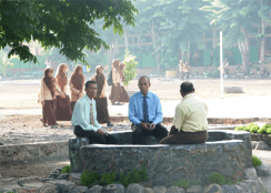 duduk duduk di area taman sekolah sebelum KBM