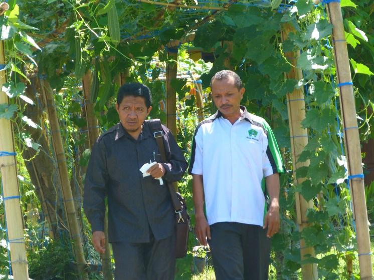 Ust. Sanu Bajuri M.Pd (kiri) dan Drs. Mansur B.Sama, M.Pd