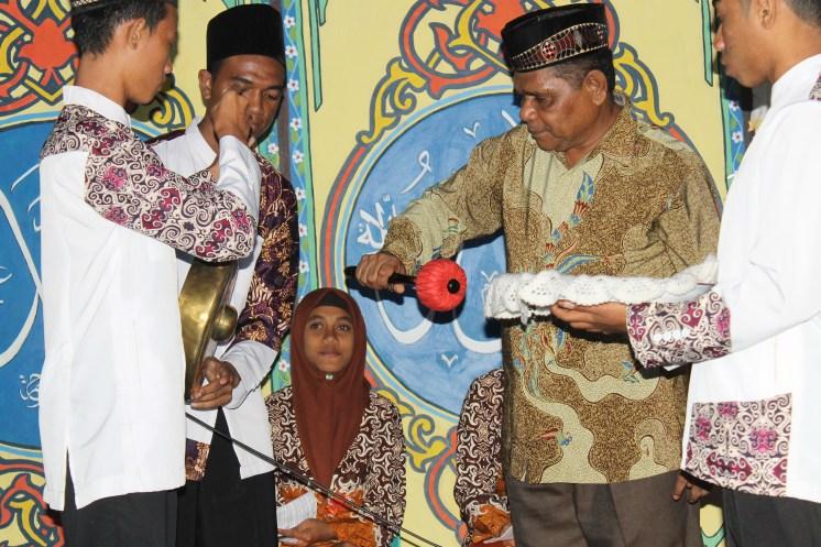ketua LPTQ kab Alor (pemukulan gong)