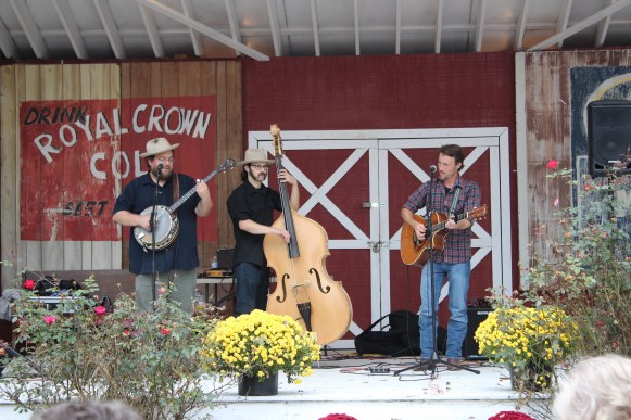 The Howlin' Brothers entertain guests at the Bell Buckle Craft Fair in Bell Buckle, Tenn. on Oct. 22. (Tayhlor Stephenson / MTSU Sidelines)