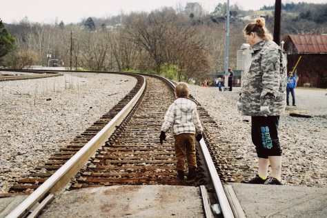 Olivia Young and her son wait for the train to arrive in St. Paul, Virginia, on Nov. 28, 2017. (Anthony Merriweather / MTSU Sidelines)
