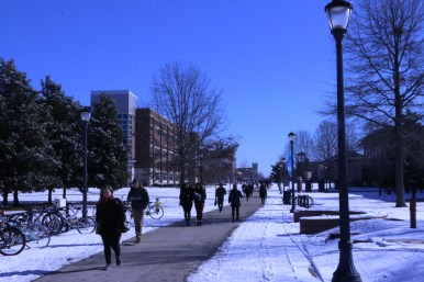 Students travel through campus after two snow days on Jan. 18, 2018, in Murfreesboro, Tenn. (Andrew Wigdor / MTSU Sidelines)