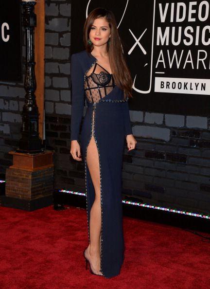 La alfombra roja de los VMAs 2013 - Selena Gomez luciendo pierna con un vestido de Versace