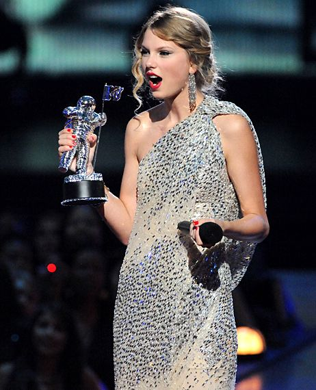 Taylor Swift at 2009 MTV VMAs after winning 'Best Female Video' award and shortly before being interrupted by Kanye West