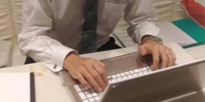 神田キャバクラ【ムーミン(mu-minn)】東京JK制服ラウンジ 木内 パソコン業務中