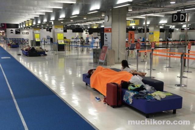 成田第3ターミナル チェックインカウンター前(深夜)