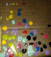 Aquí está el cagadero de pintura que hice en un cartón en el proceso. Arriba está la guía de los colores que usé para cada tetromino.