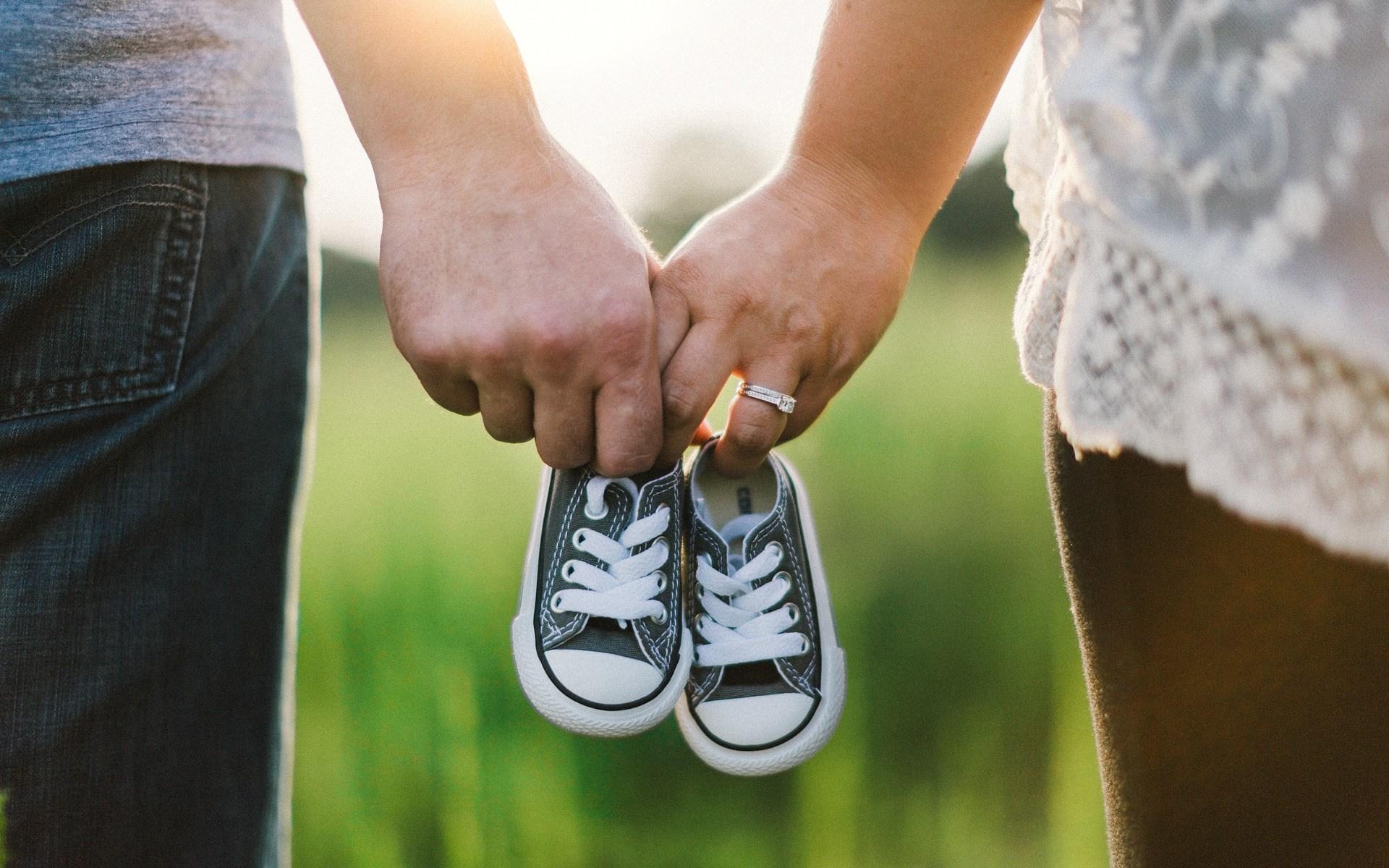 Eltern halten Händchen