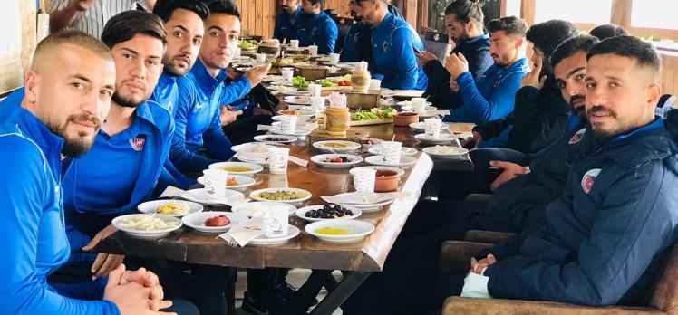 Mardin Çarşı futbolcular ile buluştu