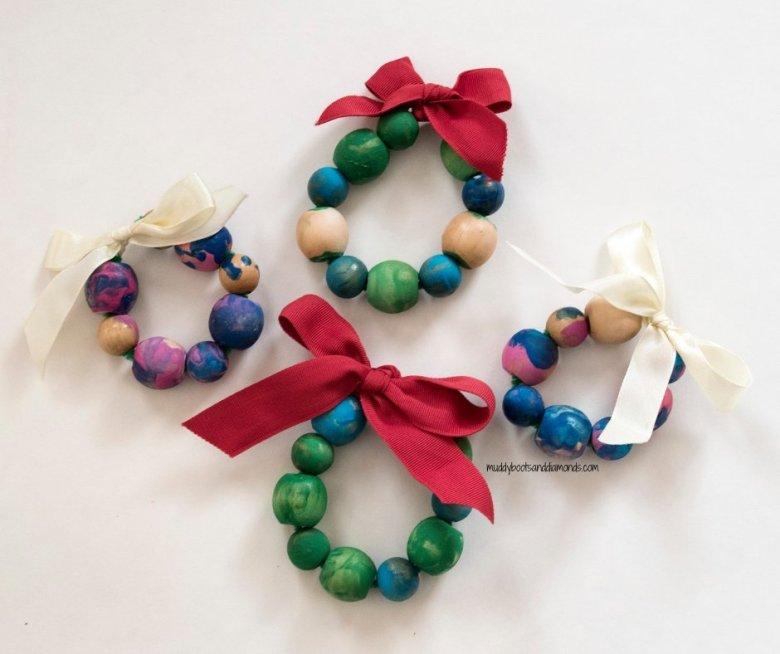 Easy to make wood bead craft ornament for children -- perfect for Christmas! via muddybootsanddiamonds.com