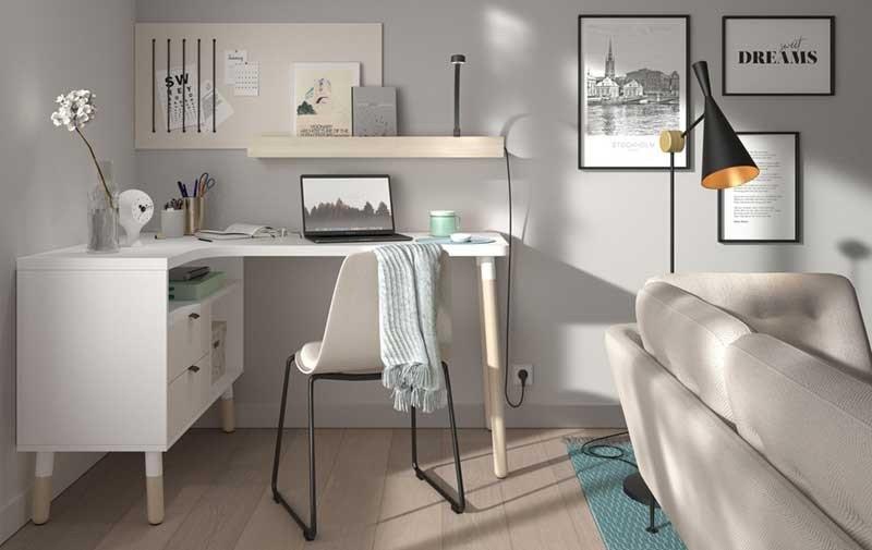 Puedes crear una minioficina, en algún rincón de tu hogar, con algunos estantes, un escritorio y una buena silla.