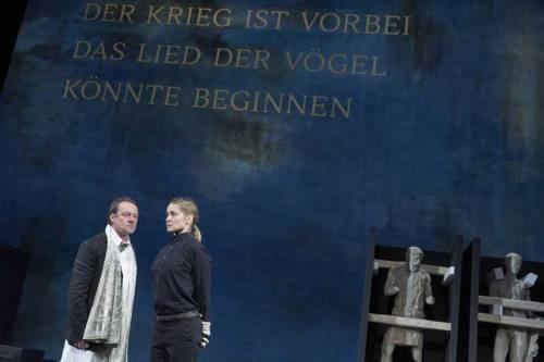 Antigone (Valery Tscheplanowa) vor König Kreon (Norman Hacker)  © Matthias Horn