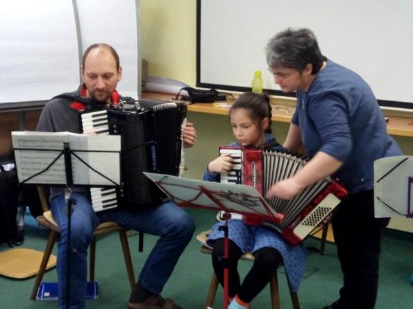 Die kleine Mareike spielt auf ihrem Kinderakkodeon das Phantom der Oper