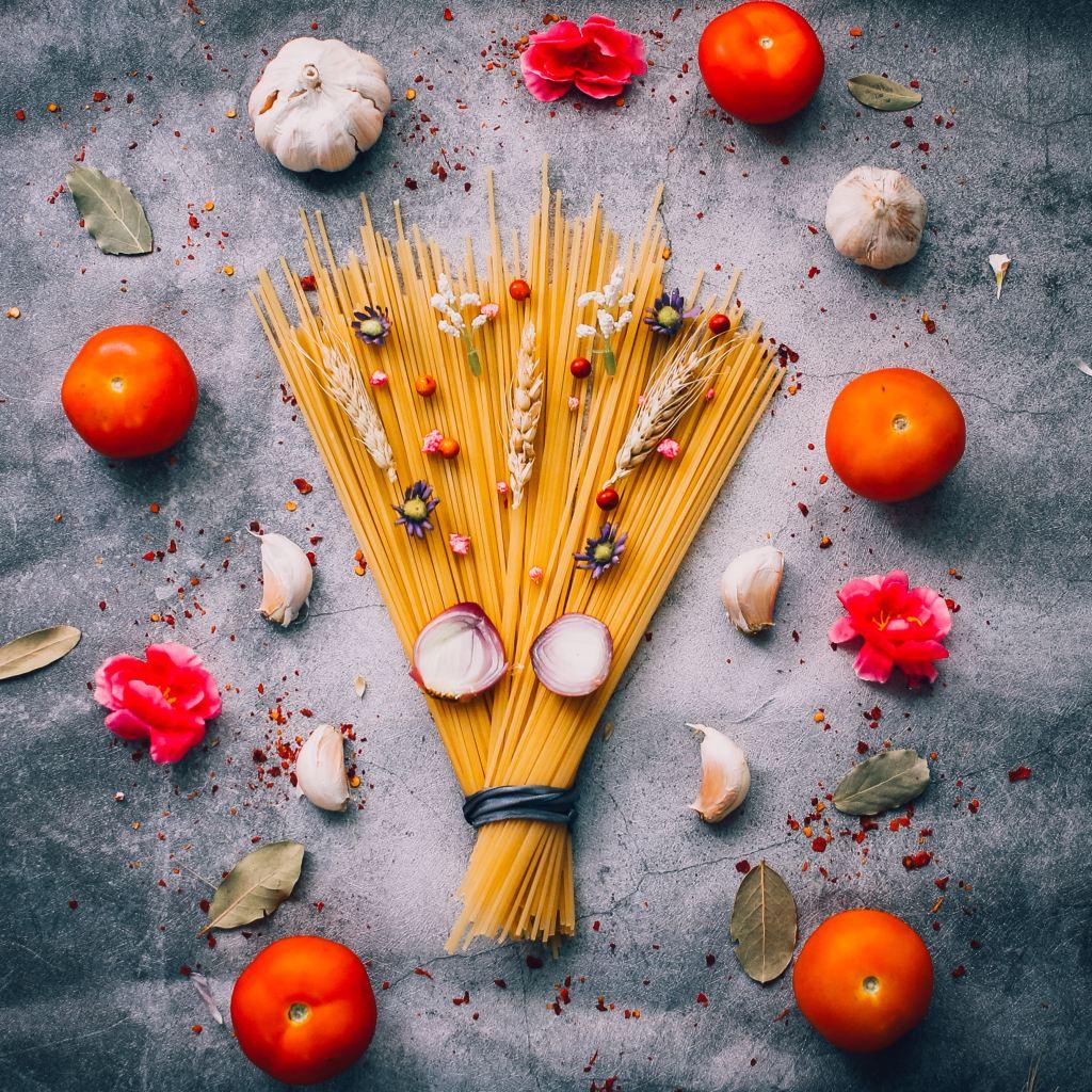 Spaghetti Tomaten und Knoblauch sehr dekorativ angerichtet