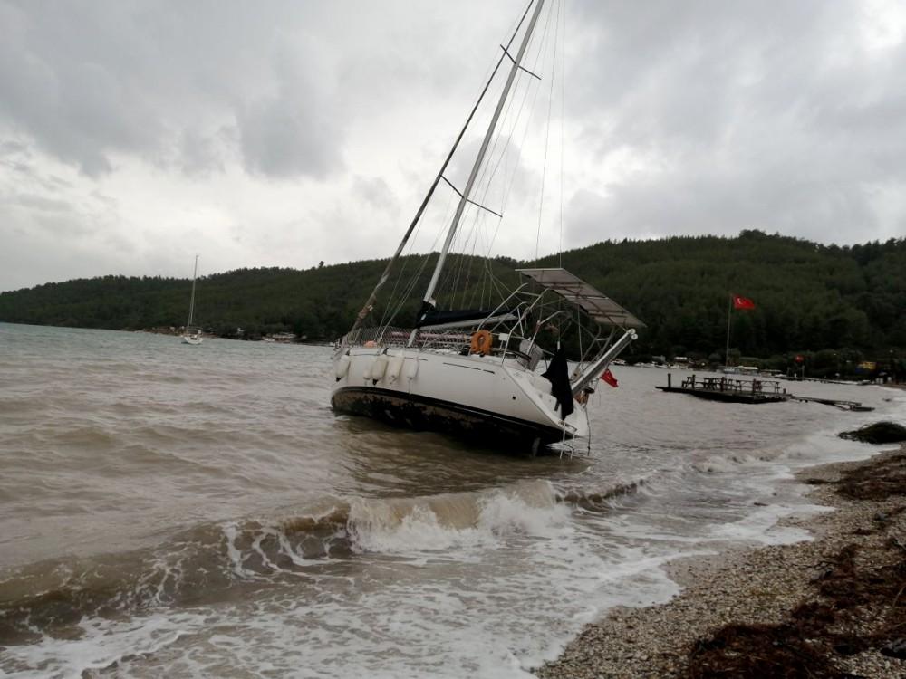 Fırtına tekneleri karaya sürükledi