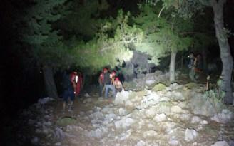 Kayalıklarda mahsur kalan 2 kişi kurtarıldı