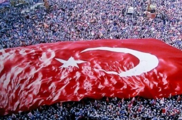 Milletin omuzlarında Türk Bayrağı