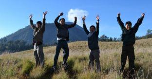 Lompat dengan background puncak Semeru