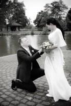 Hier kniet der Bräutigam vor seiner Braut