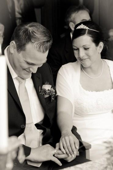 Brautpaar glücklich nach dem Anstecken der Ringe im Standesamt bei Bonn