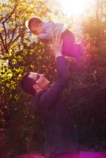 Vater mit seinem frisch getauften Sohn im Park