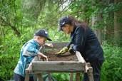 Pienet löydöt saatiin talteen seulasta, vaikka tänä vuonna mukana oli varsin tarkkasilmäisiä kaivajia!