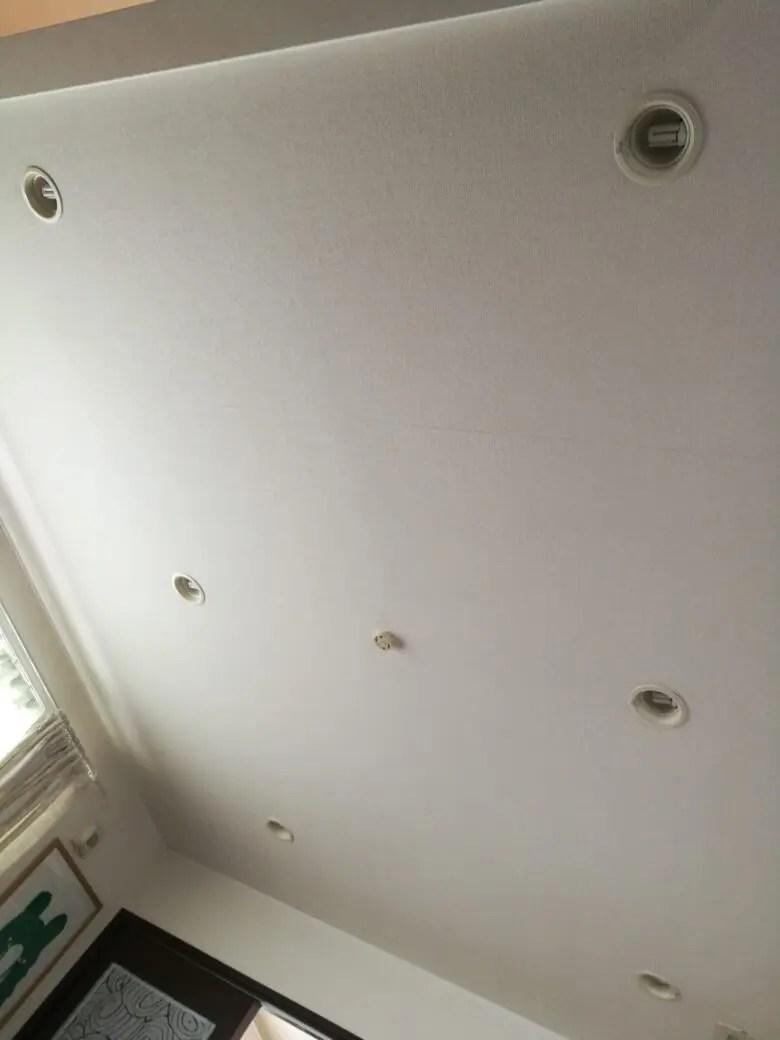 部屋全面ダウンライト。明かりが部屋全体に行きわたらず、全部つけても暗いお家