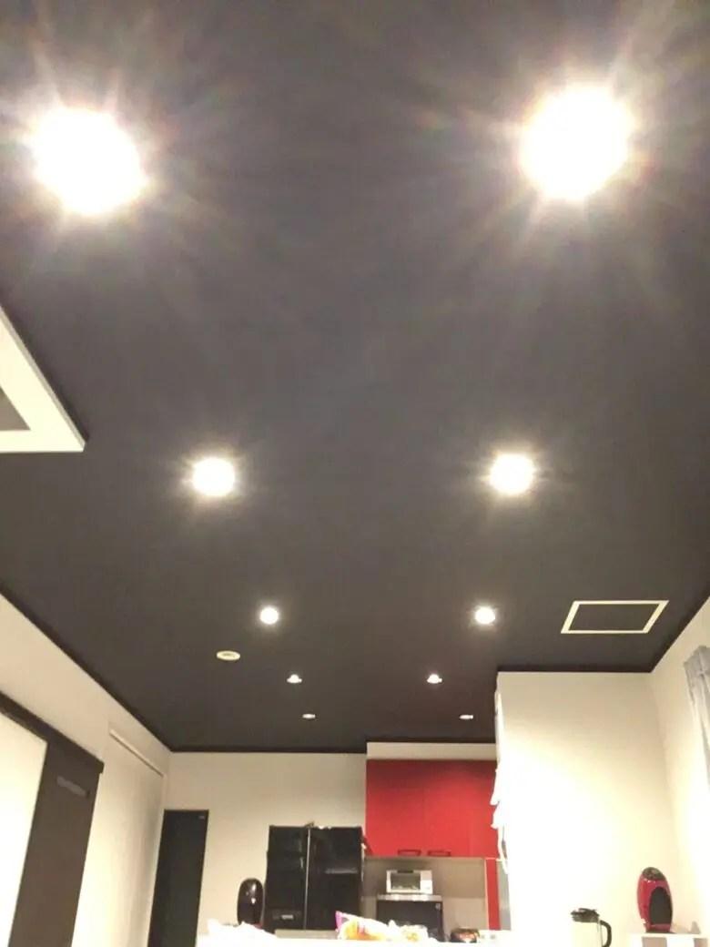 ダウンライトは明るさだけではない。黒色の天井のクロスでリビングがスッキリ