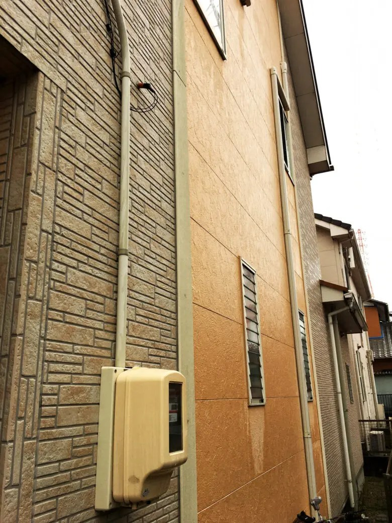 外壁材を選ぶコツは周囲の家から学ぶ。光セラのエクセレージとネオロックとの比較