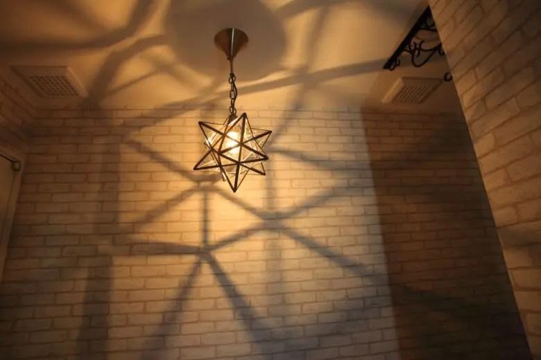 玄関照明にペンダントライトを使うならガラスがおすすめ。魅せる照明で差をつける