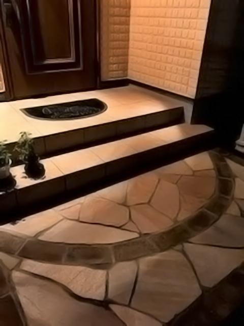 レンガを玄関アプローチの一部に使う外構は千差万別。外灯次第で見栄えも変わる