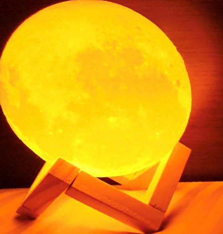 寝室に月のベッドサイドランプは見ていて楽しい。3Dプリンターはデザインがリアル