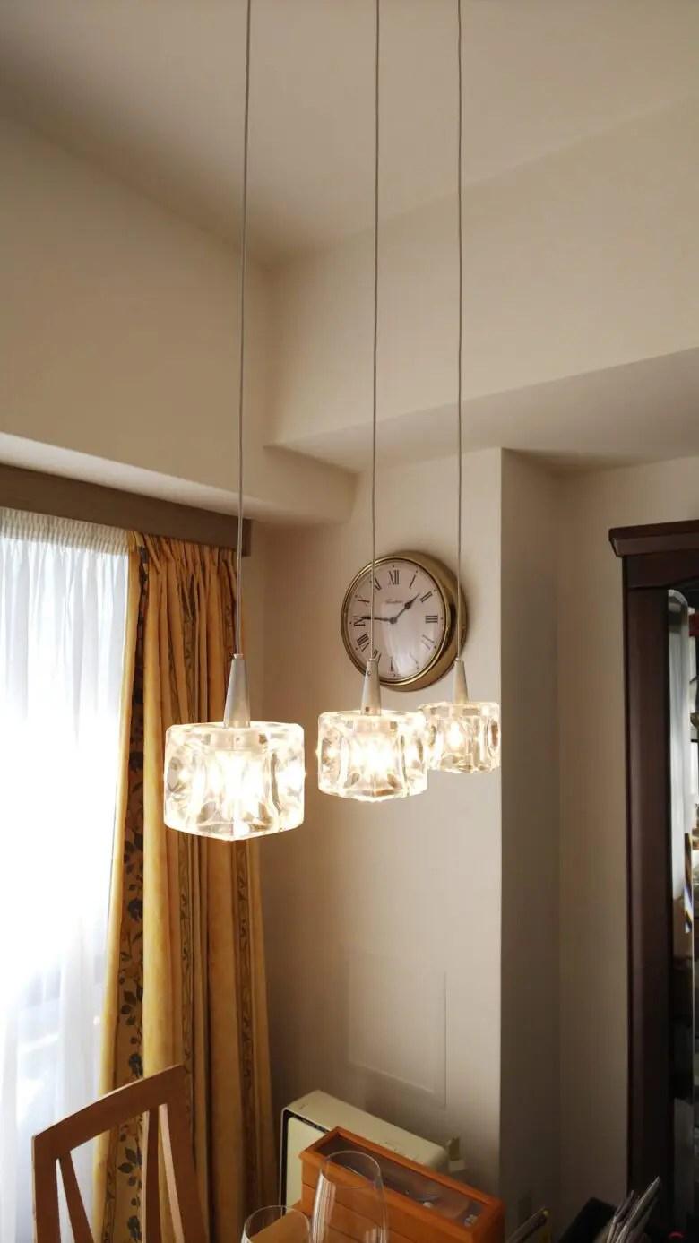 ガラスキューブのペンダントライト3灯はあえてハロゲン電球にすることで暖かみを追及