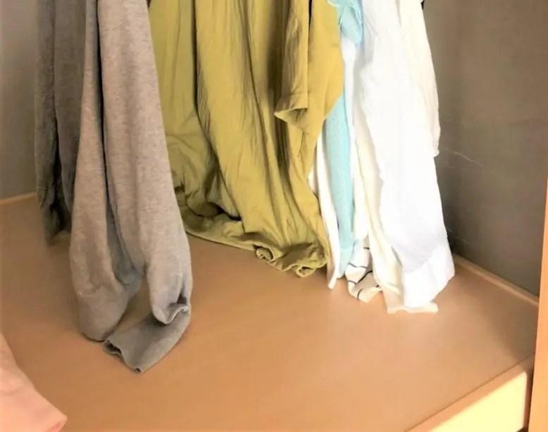 ハンガー収納の高さが足りなくて服が下についてしまう時の対策