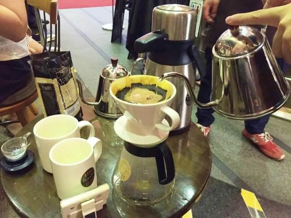 タリーズコーヒースクールでお湯を注ぐ写真