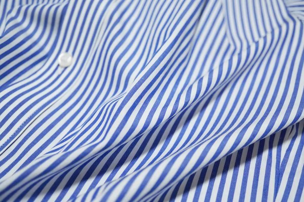 Striped Royal Blueの青シャツ
