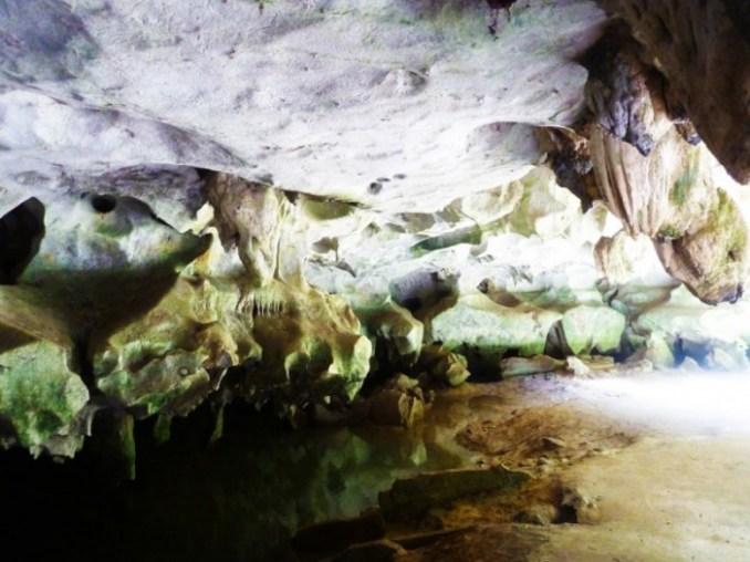 Une des grottes aux environs