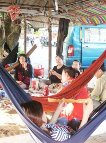 Déjeuner en famille dans les hamacs