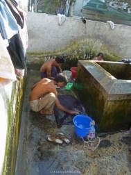 Mandalay hommes lavant leur vêtements
