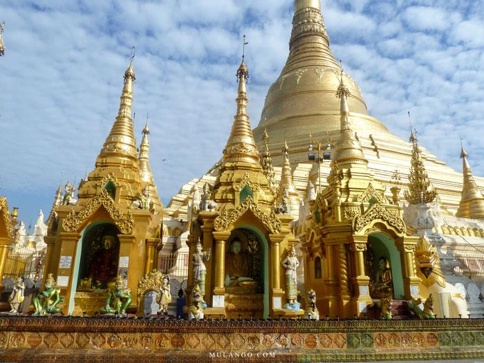 Myanmar, Yangon, La Pagode Shwedagon et ses autels