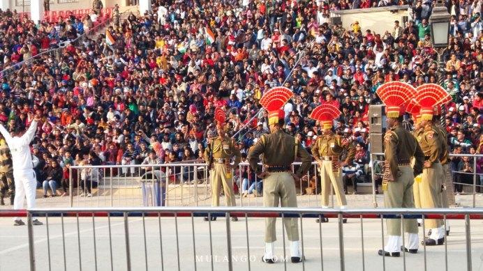 Poste frontière de wagah spectacle de la fermeture de la frontière indo-pakistanaise et la descente de drapeau