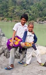 Rishikesh, deux enfants vendant des fleurs en offrant au Gange